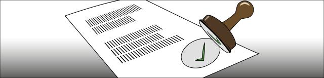 Grafik: Weißes Blatt Papier mit stilisiertem Text und Stempelabdruck in Form eines innerhalb eines Kreises abgebildeten grünen Pfeils. Über dem Abdruck ist ein Rundstempel in brauner Farbe mit sichtbarer Unterseite dargestellt.