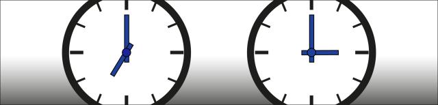 Grafik: Zwei Uhren mit schwarzem Rand, weißem Zifferblatt und blauen Stunden- und Minutenzeigern. Die linke Uhr zeigt sieben Uhr an, die rechte Uhr zeigt drei Uhr an.